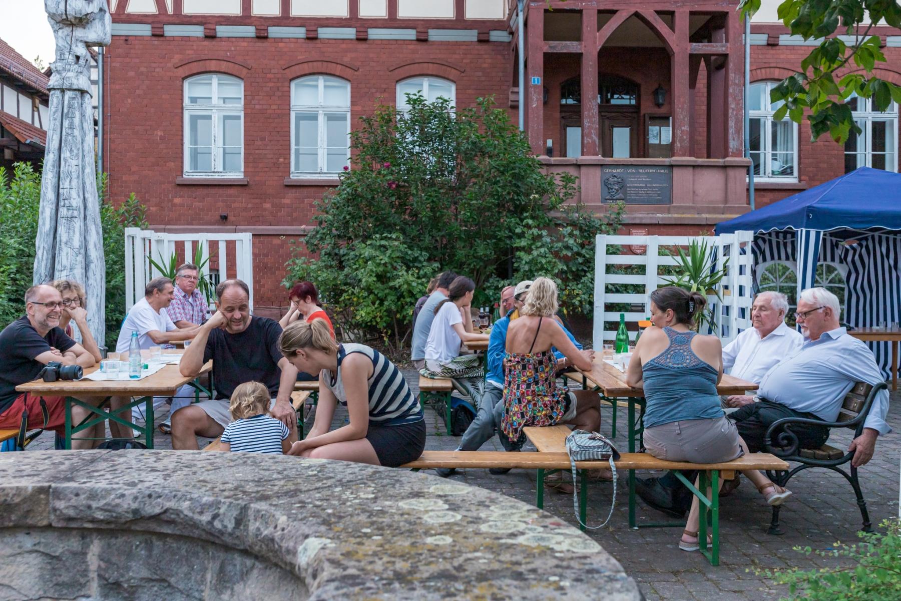 Gemütliche Abendrunde mit Dorfbewohnern