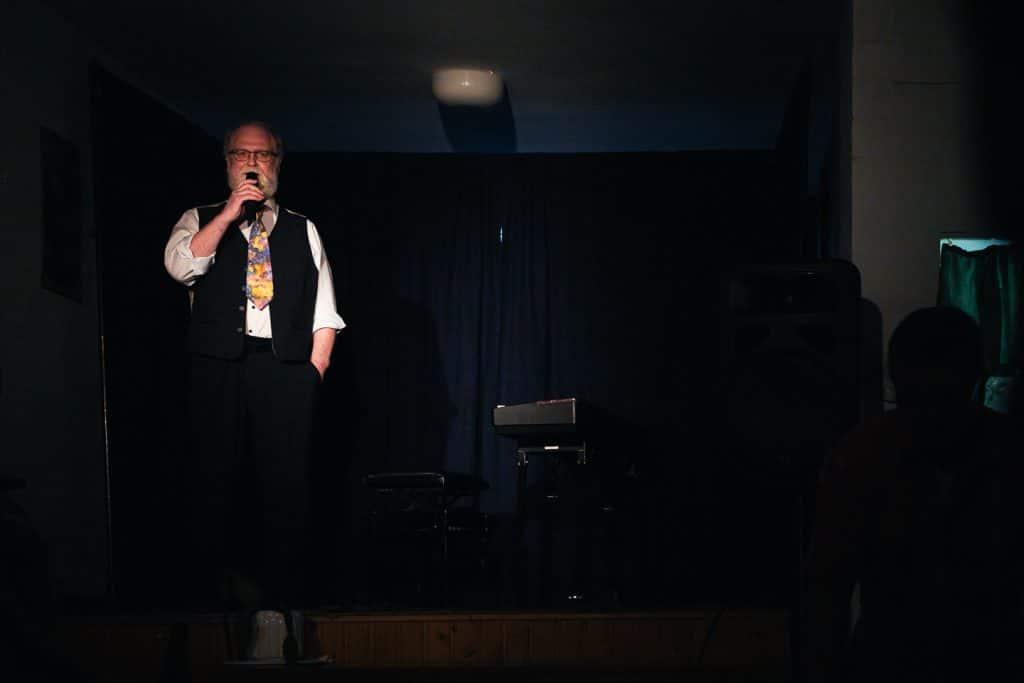 Paul Dippel von der WTB stellt den Künstler vor.