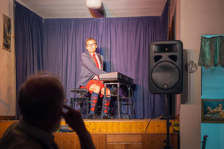 Markus Schimpp auf der Bühne im Saal